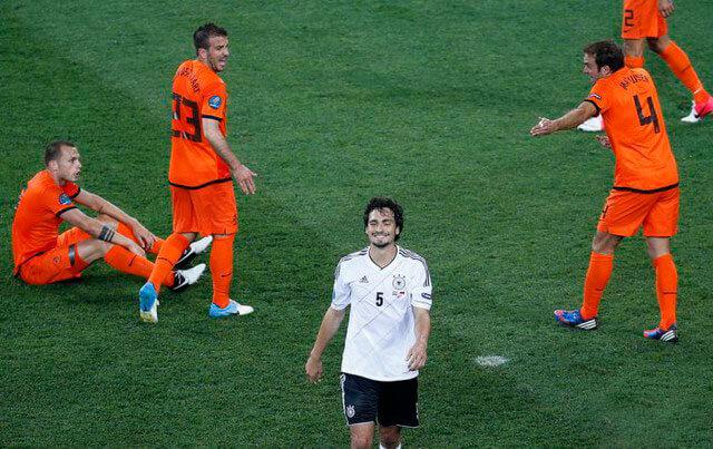 Голландия пропускает мяч